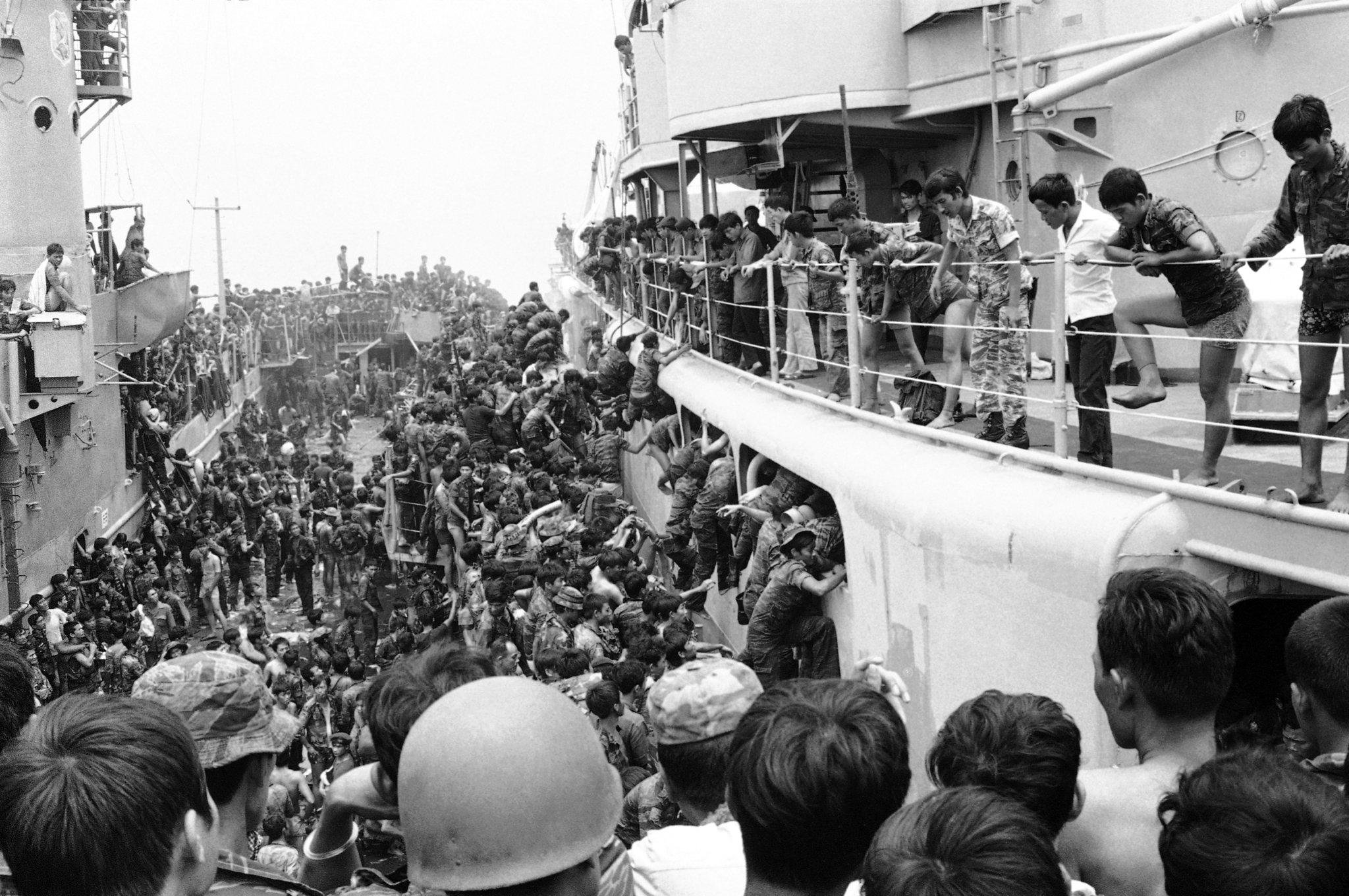Южно-вьетнамские морские пехотинцы прыгают в панике на борт корабля в гавани Дананг, 1 апреля 1975