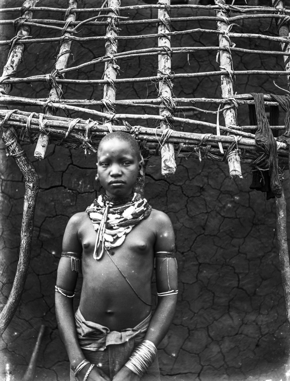 35. Портрет девушки перед хижиной в горах Паре