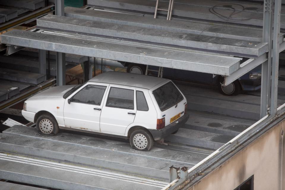 Раскрыта тайна 8 авто, которые 15 лет стоят на заброшенной парковке