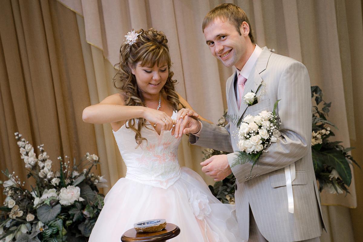 Любимым видом фотосъемки для меня была и остается именно свадебная фотосессия. Ведь именно в ней собраны самые различные жанры. Тут и репортажи о молодоженах, и любовная история, и постановка…