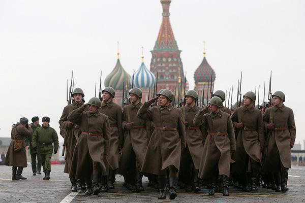 Марш на Красной площади в честь военного парада 7 ноября 1941 года