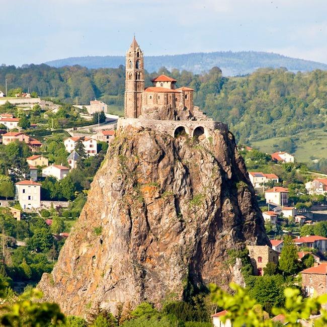 © wikimedia  Внебольшом городке Ле-Пюи-ан-Веле наюге Франции, навершине отвесной 90-метрово