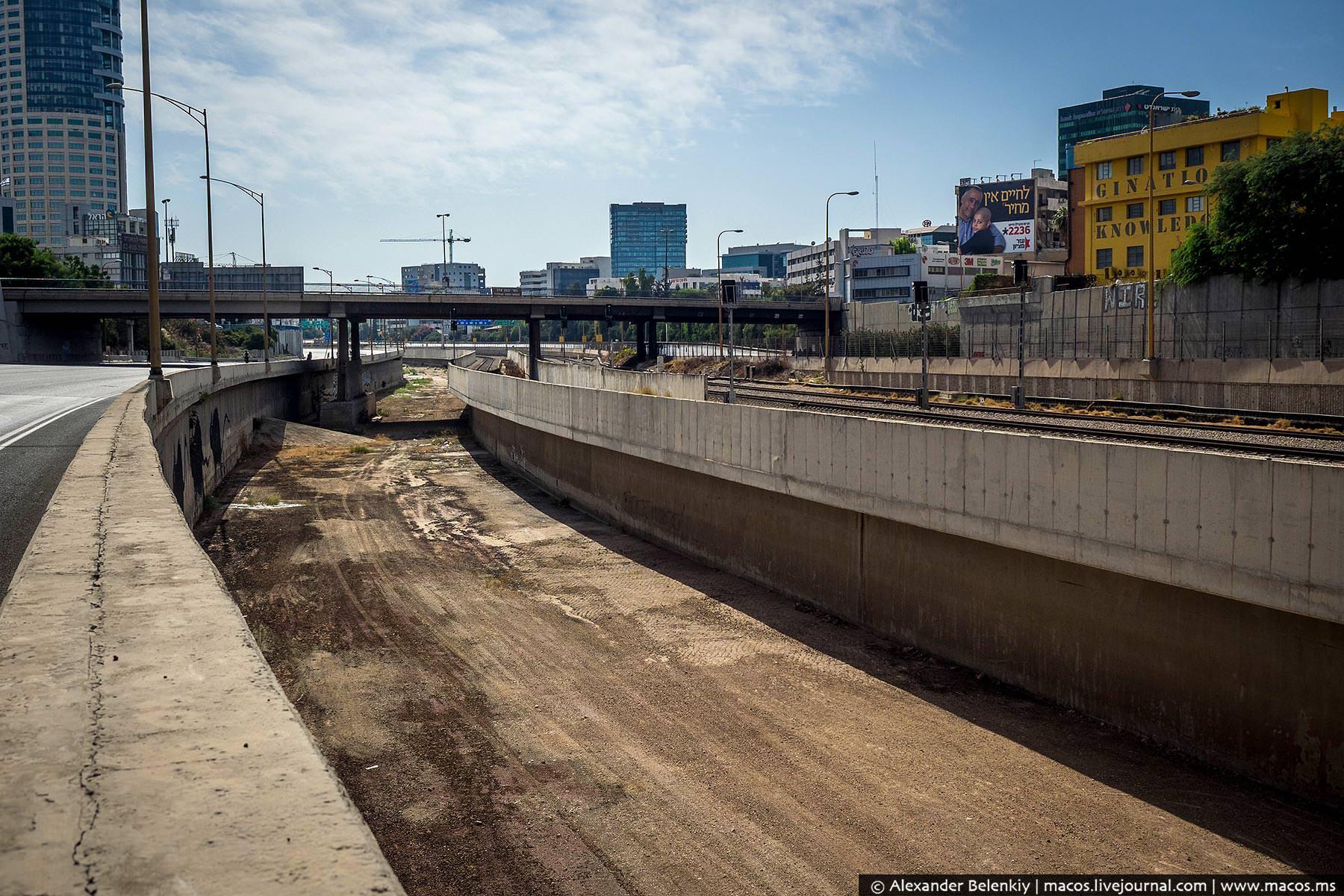 Главное тель-авивское шоссе совмещает автомобильную и железную дорогу, а посередине течет (ха-ха) ре