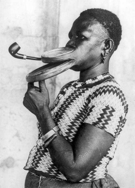 Мадам Густика из племени Дакбилла во время шоу в цирке курила трубку с удлинённым мундштуком. В разр