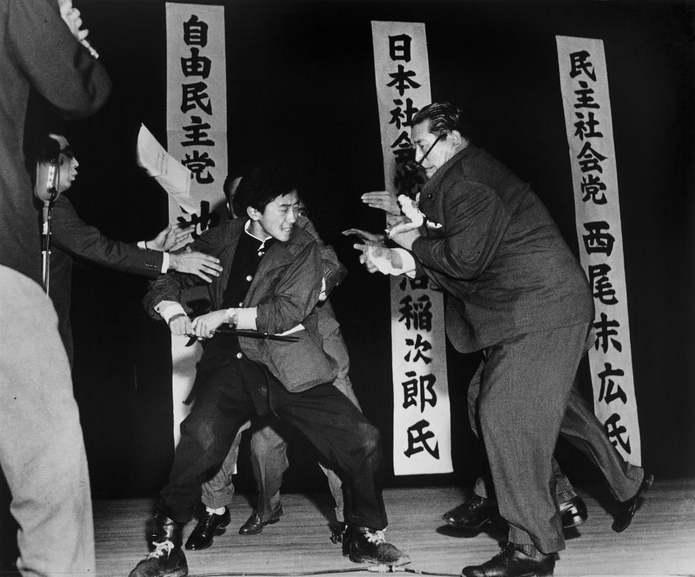 Токио, Япония. Отоя Ямагучи, 17-летний ультраправый студент, убивает Инеджиро Асануму, председателя