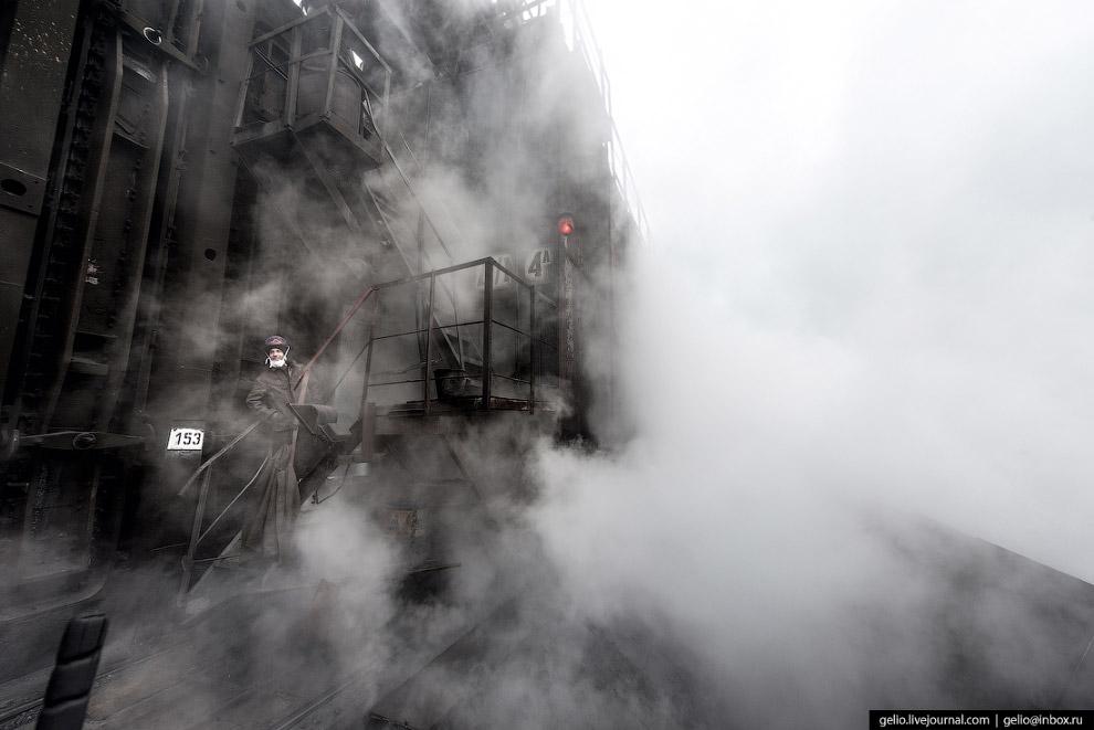 21. Одновременно с производством топлива-кокса на ММК готовят и сырьё. Поступающая с карьера «бедная