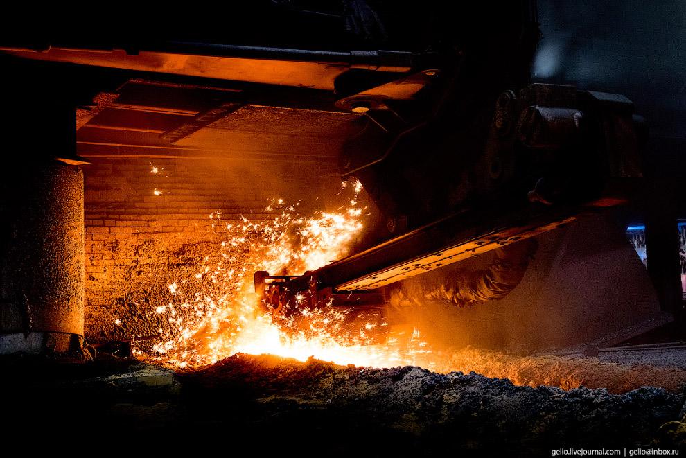 29. Чугун выпускают из печи в среднем каждые 40 минут. Расплавленный металл течёт по системе желобов
