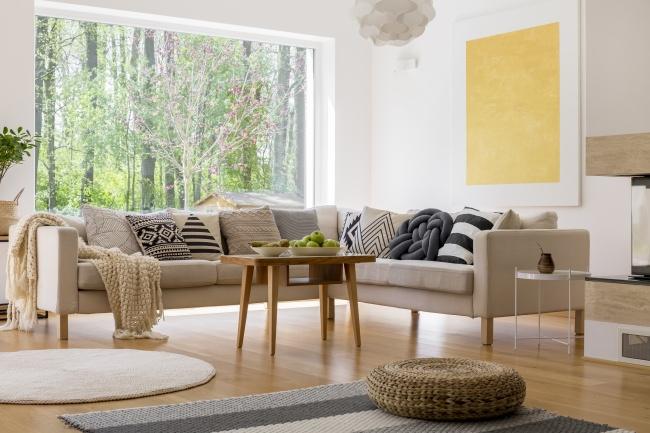 © depositphotos     Массивные подлокотники испинки диванов сменились простыми формами и