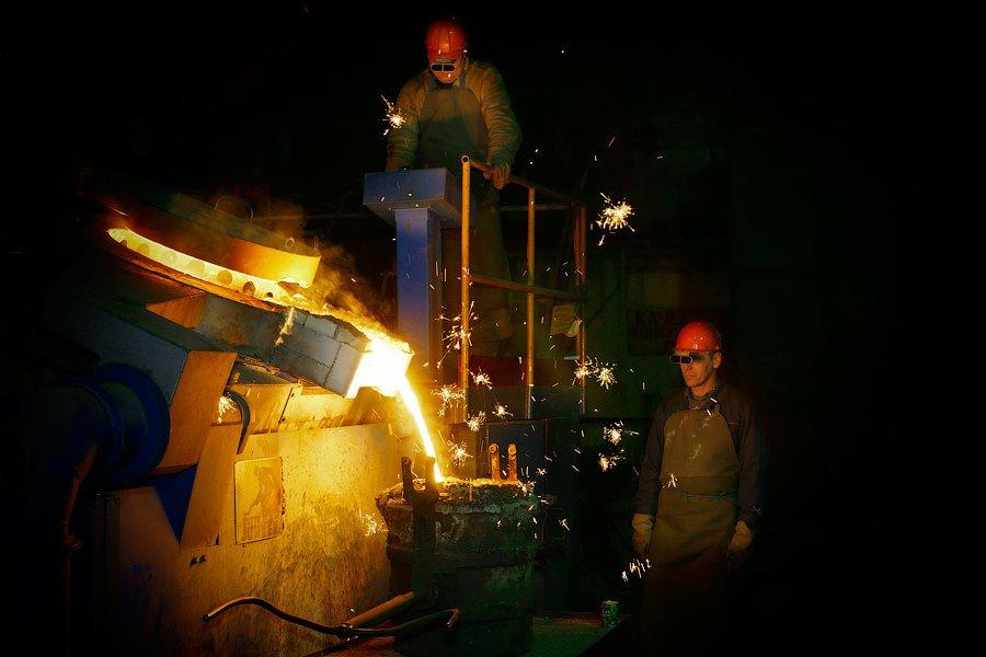 Еще несколько фотографий сталеваров с разных заводов.  Вообще, сталеплавильное производство — э