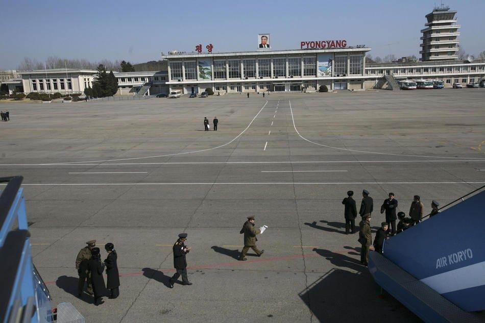 Двор перед жилым домом в Пхеньяне, 17 января 2012: