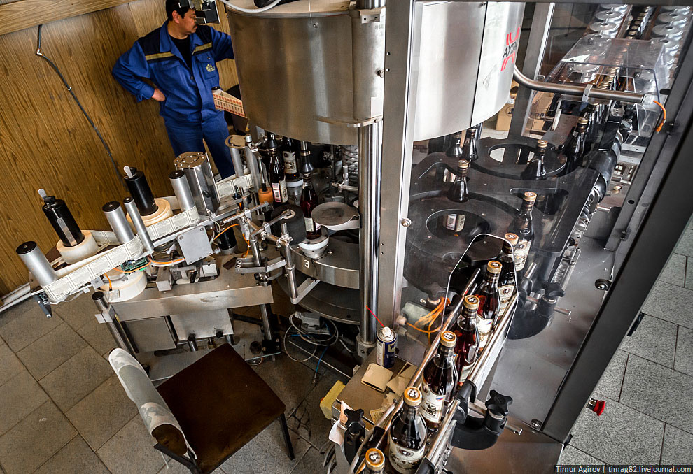 Помещение лаборатории, где готовятся новые коньяки: