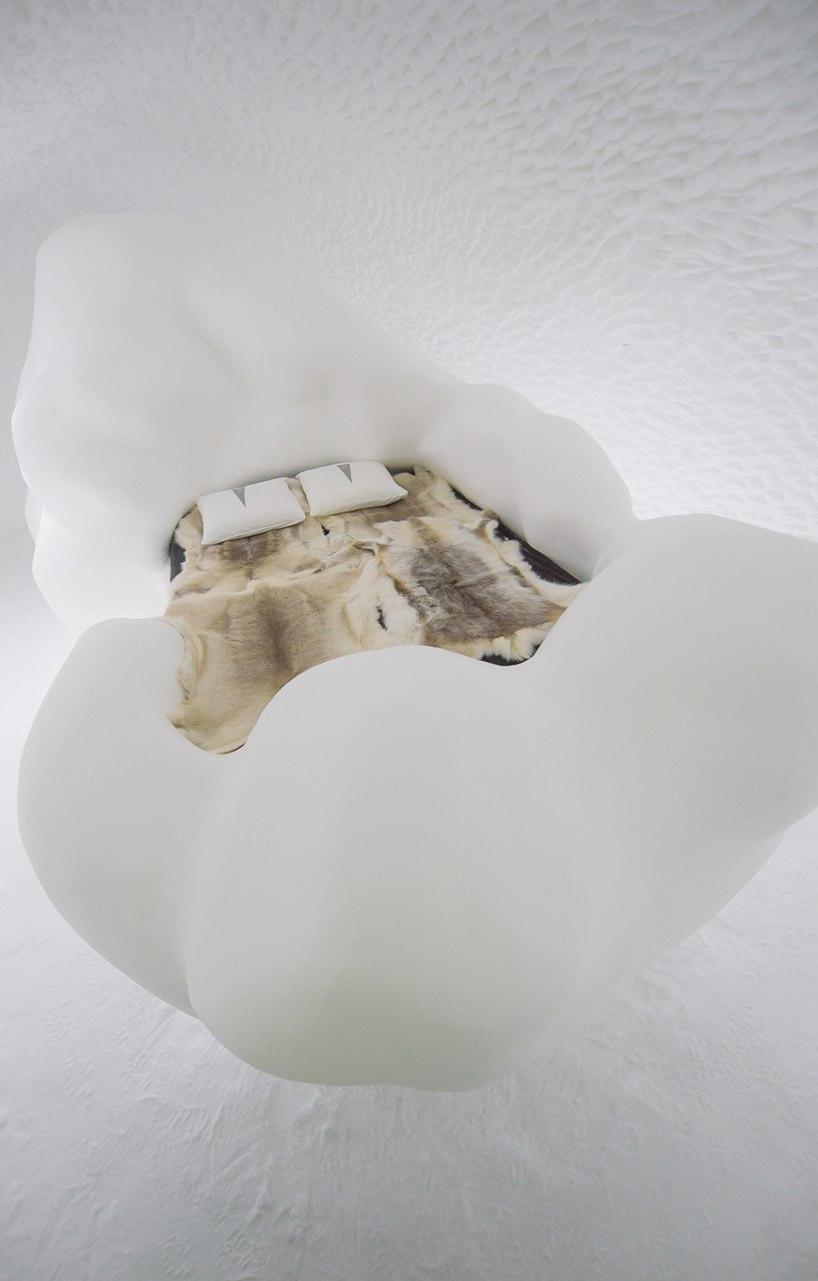 Помимо создания художественных работ, лёд также используется для того, чтобы построить ледяной бар и