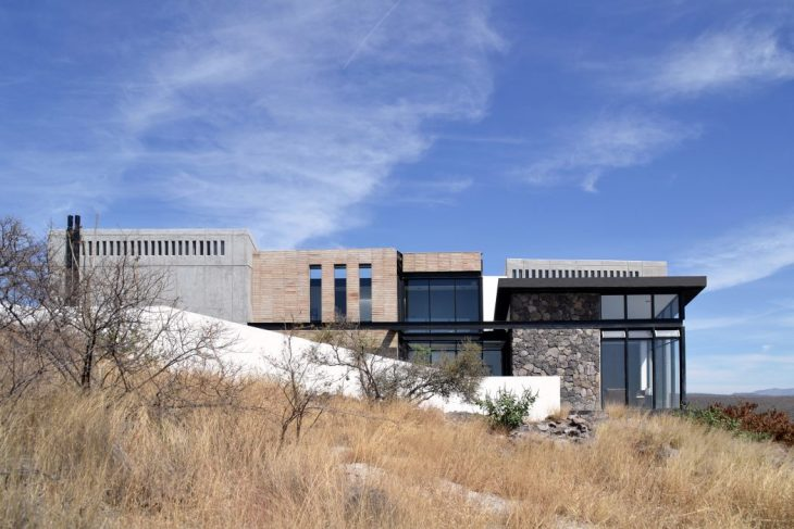 e|arquitectos  designed this stunning contemporary residence located in Leon, Mexico, in 2017.