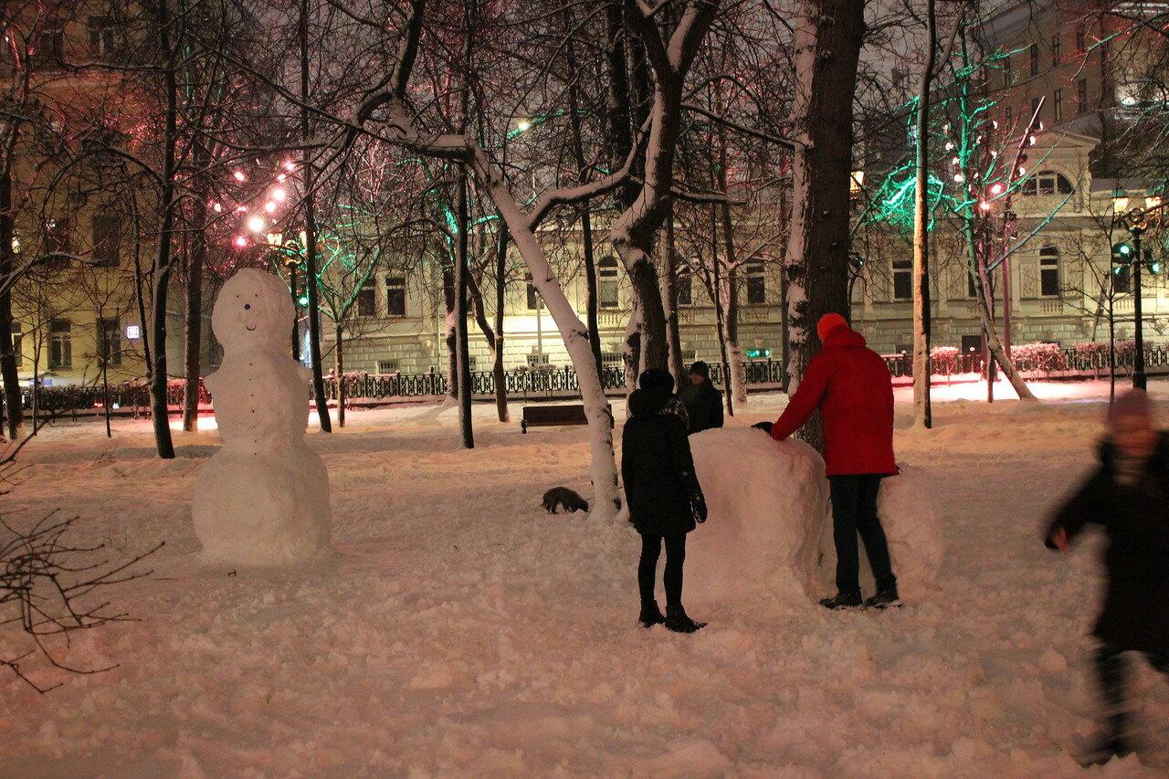 Снег в Москве: снеговики на Чистых прудах