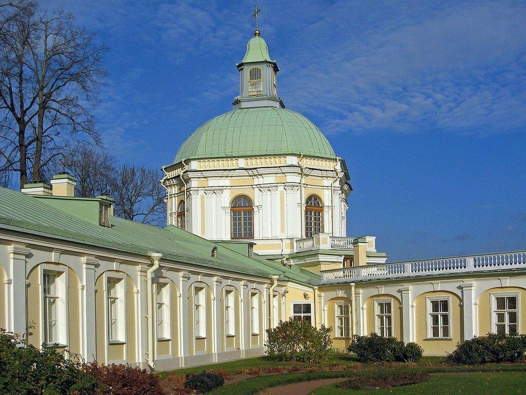 1280px-Ораниенбаум._Меншиковский_дворец,_Церковный_корпус2.jpg