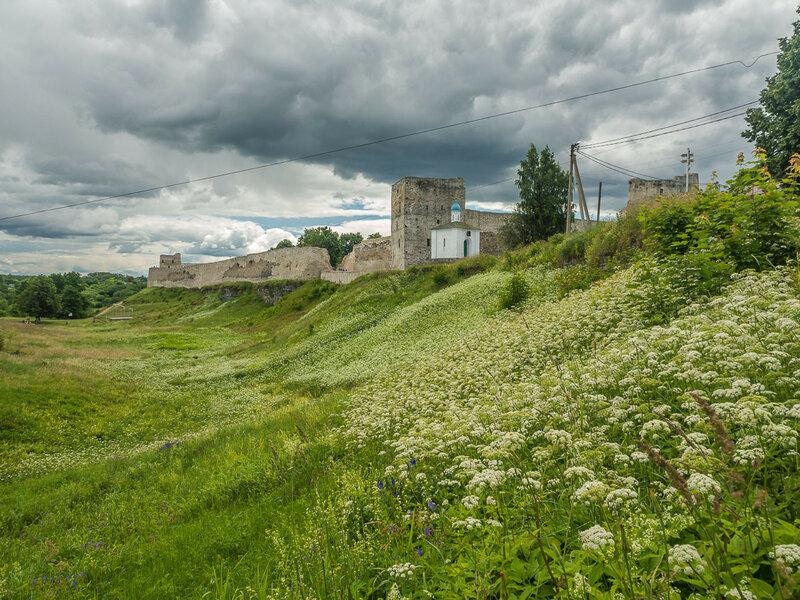 Затем, бросив последний взгляд на крепость, покидаю Изборск.