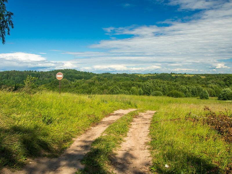 За деревней Малы передо мной открывается одноимённая, т.е. Мальская, долина. 'Кирпич' намекает, что дальнейшая дорога не для всех.