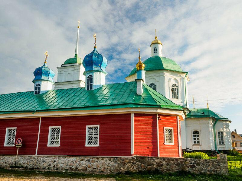 За ней стоит ещё один храм — церковь Варвары Великомученицы.