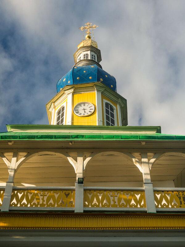 Петровская башня с медными часами.