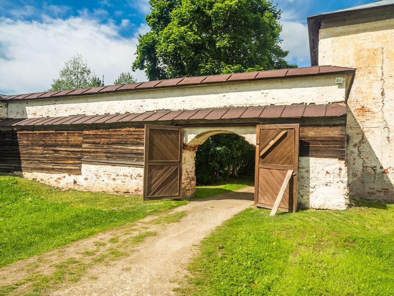 Проходим в ворота и попадаем из Иоанно-Предтеченского в Успенский монастырь.