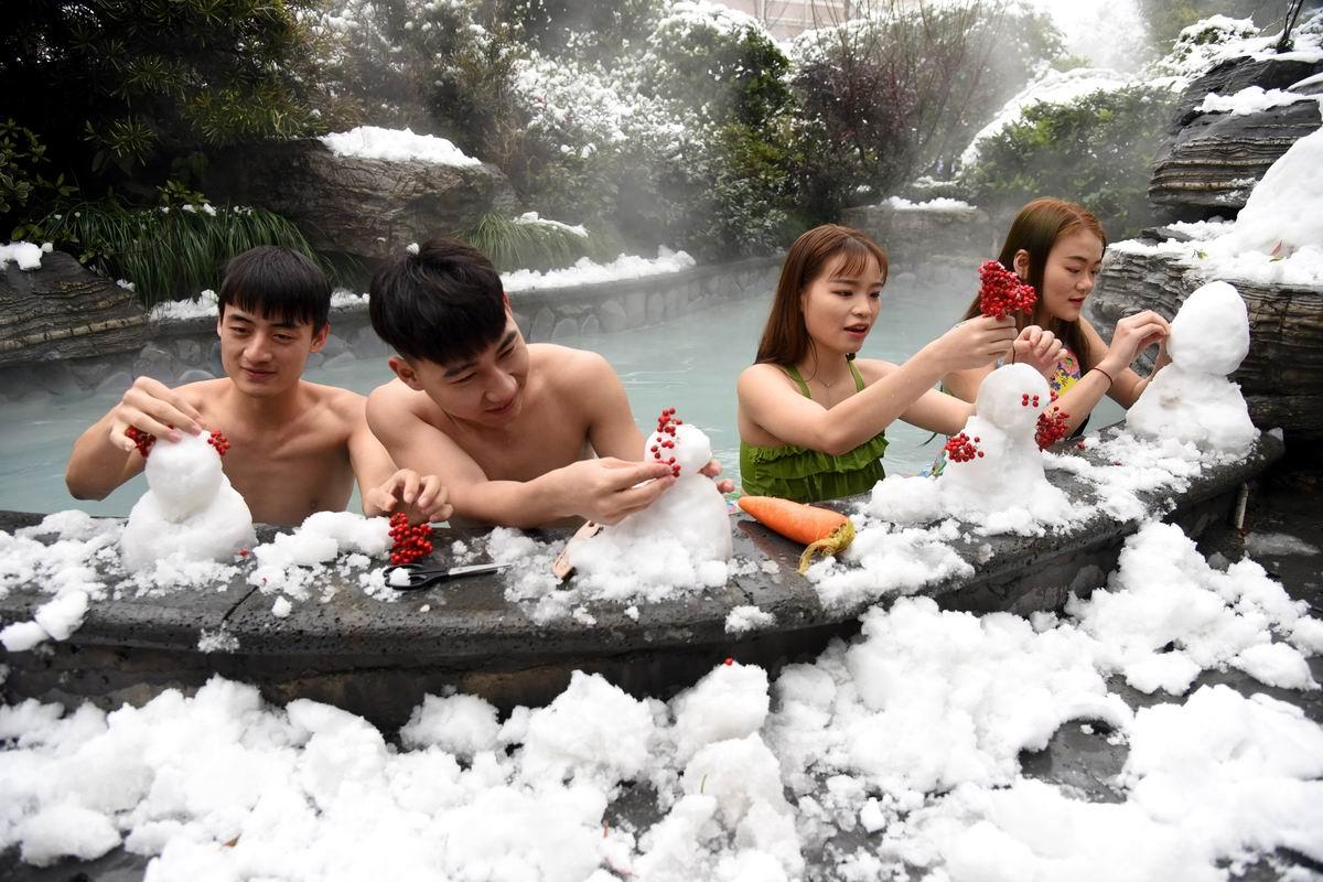 Мы любим лепить снеговичков в бассейне: Китайские геотермальные развлечения