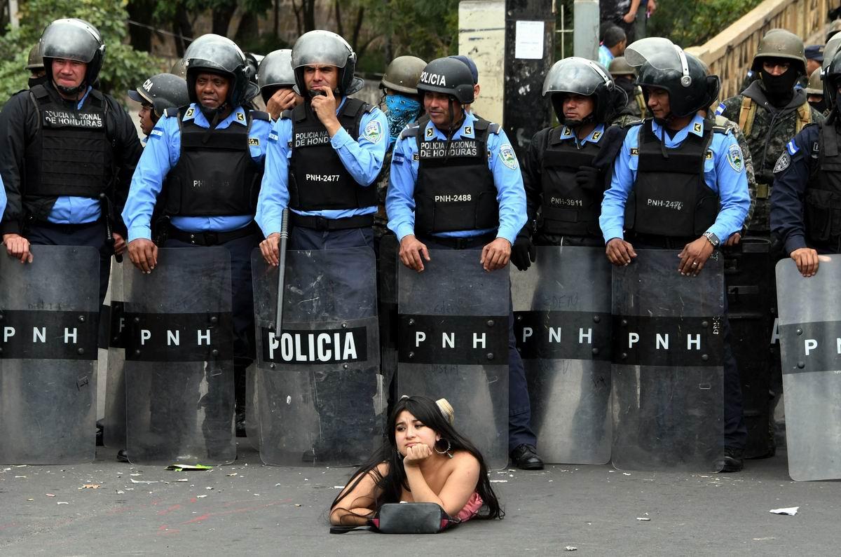 На асфальте как на пляже: Лежачий протест по-гондурасски