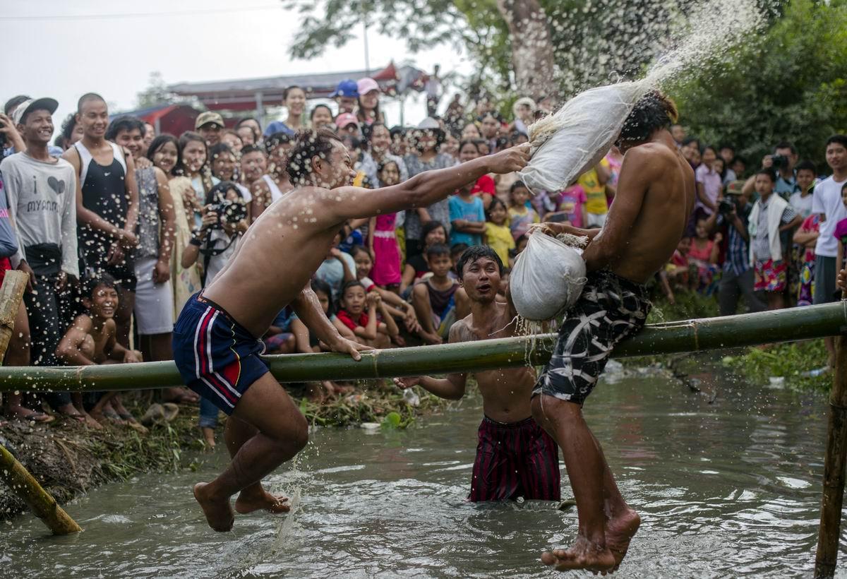 Мочи его, мочи!: Бой мокрыми подушками по-бирмански