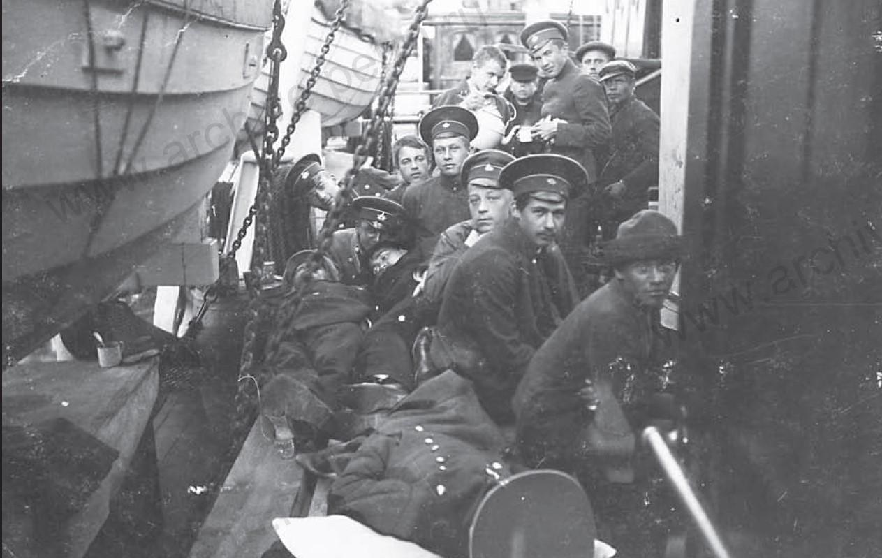 Группа гимназистов на пароходе. 1917