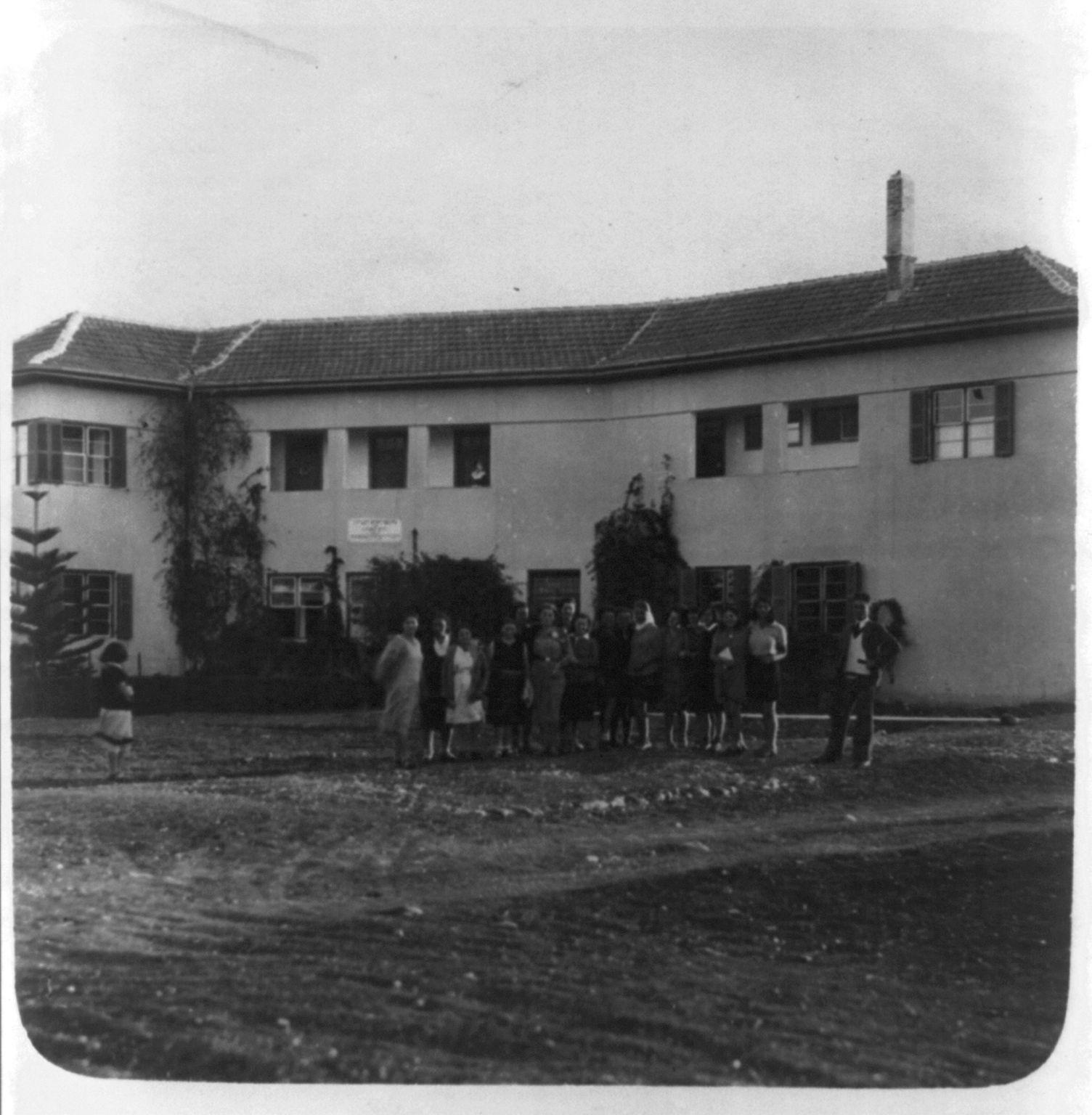 1922. Мошав Нахалаль. Группа студентов