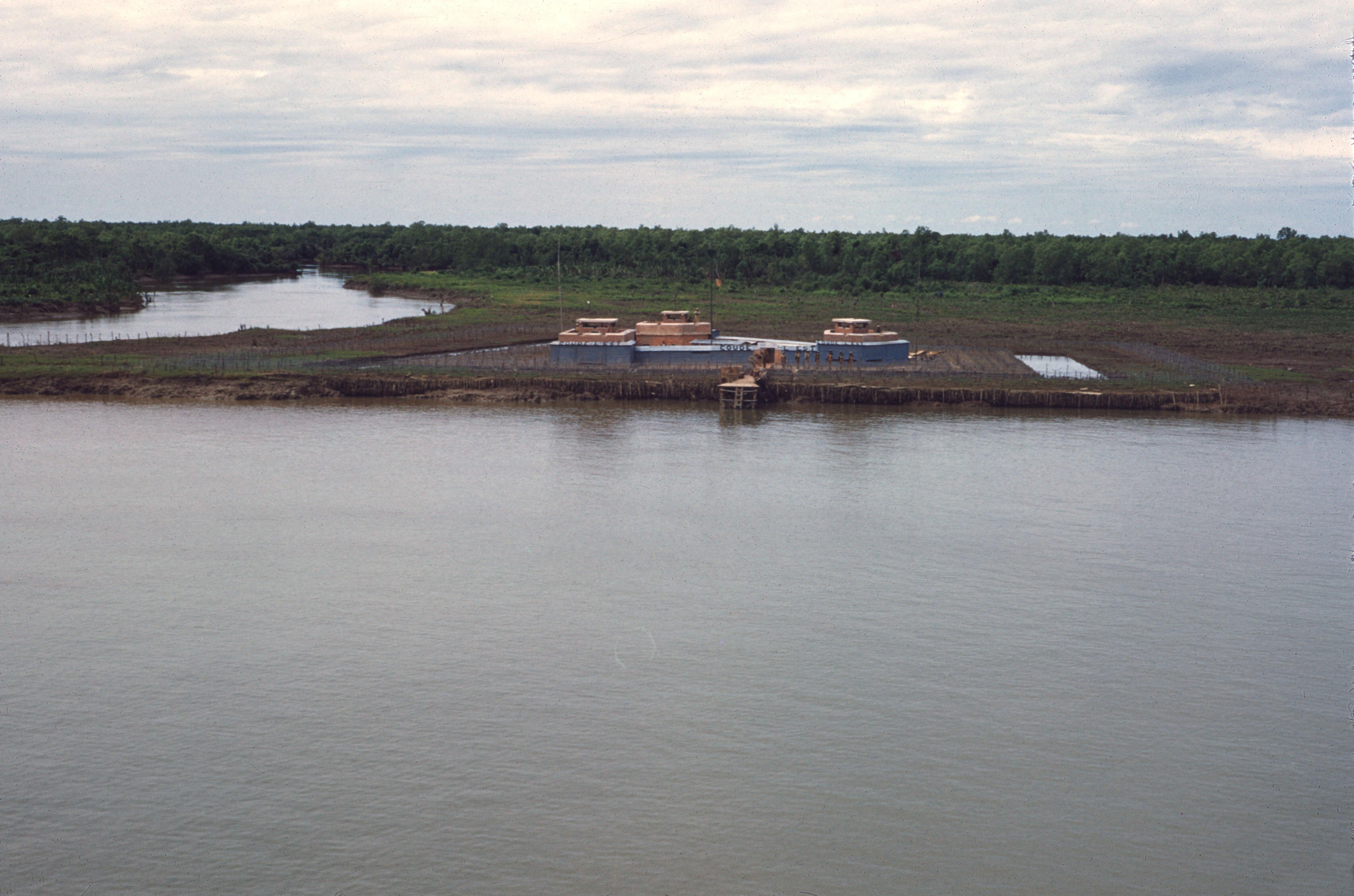 Река Сайгон. Французский форт