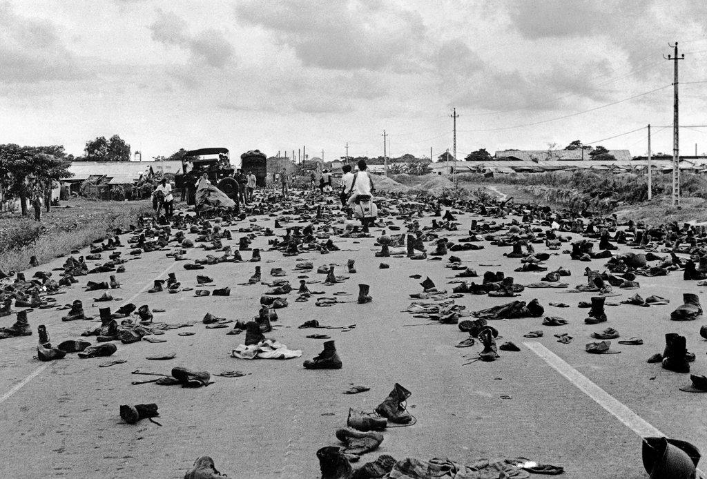 Бежавшие южно-вьетнамские солдаты оставили свою форму на окраине Сайгона, чтобы скрыть свой военный статус от победителей. 30 апреля 1975