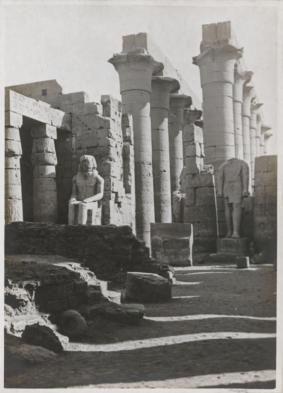 Луксор. Вид с первого двора на большую колоннаду