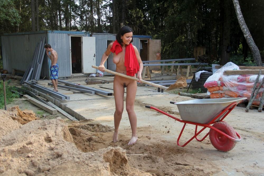 Маша разделась и помогла строителям