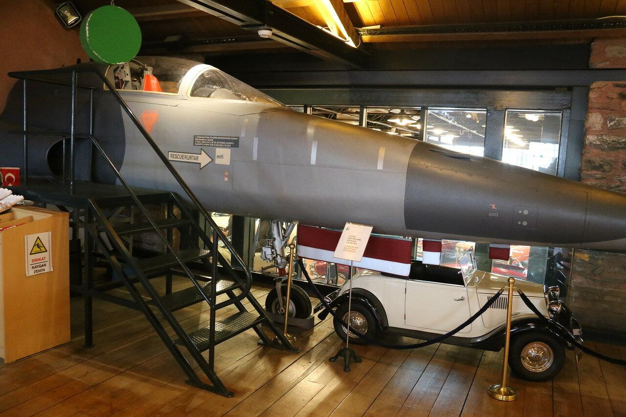 Стамбул. Музей Рахими Коча. Носовая часть реактивного истребителя Tiger II