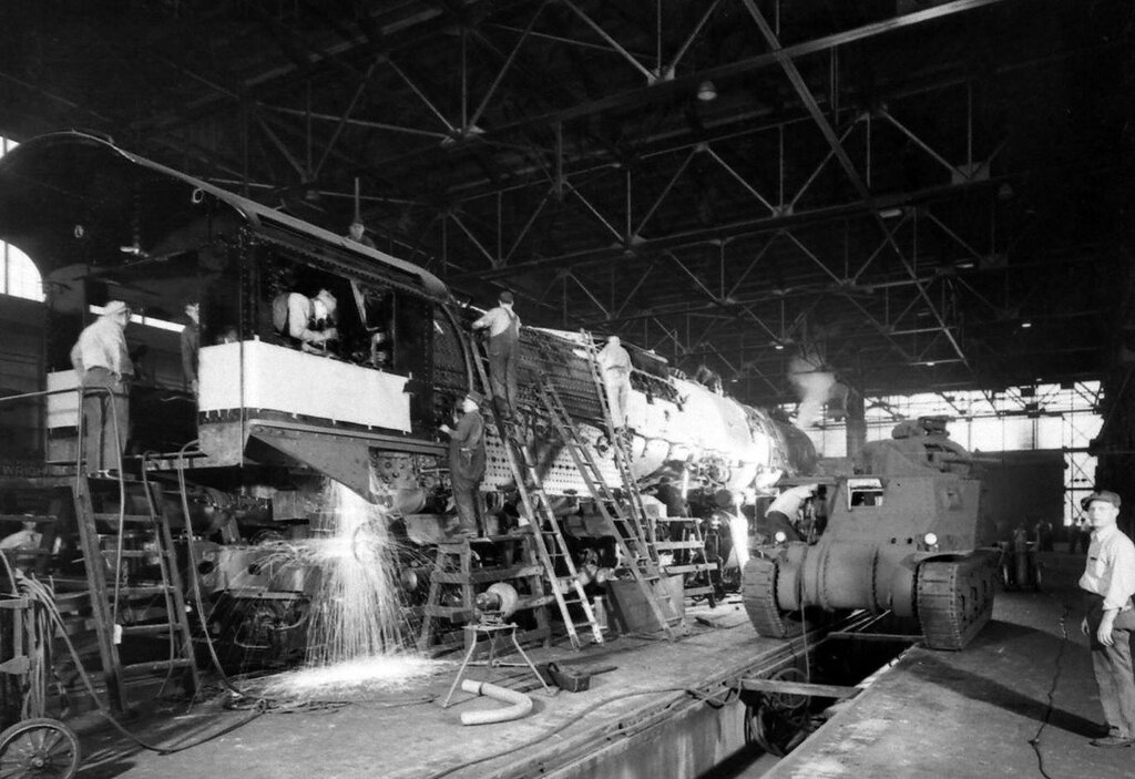 Construction locomotives and tanks in the American Locomotive Company (ALCO) in 1941 - Dmitri Kessel - LIFE
