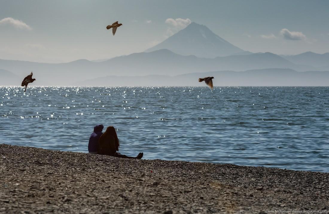 2. Пляж на набережной Петропавловска-Камчатского. В хорошую погоду отсюда хорошо виден вулкан Вилючи