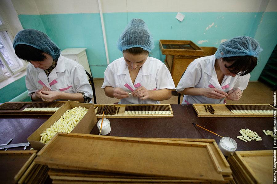 Опытный торсидор за смену делает около ста погарских сигар или четырехсот сигарилл, а в год п