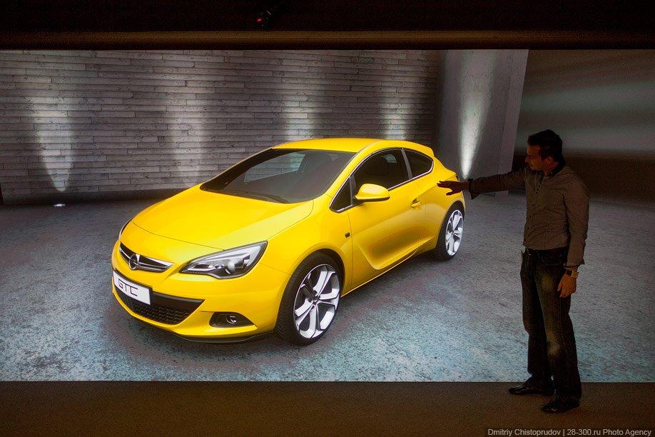 На специальном экране размером во всю стену проецируется изображение автомобиля в натуральную