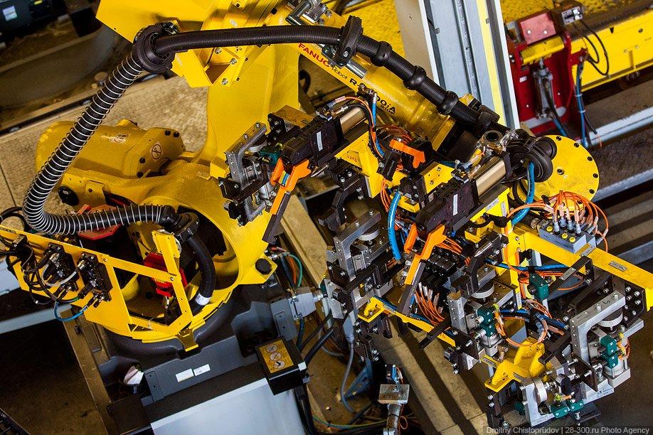На сварке и сборке кузова работают 700 роботов, каждый из которых стоит по 100 000 евро. Прои