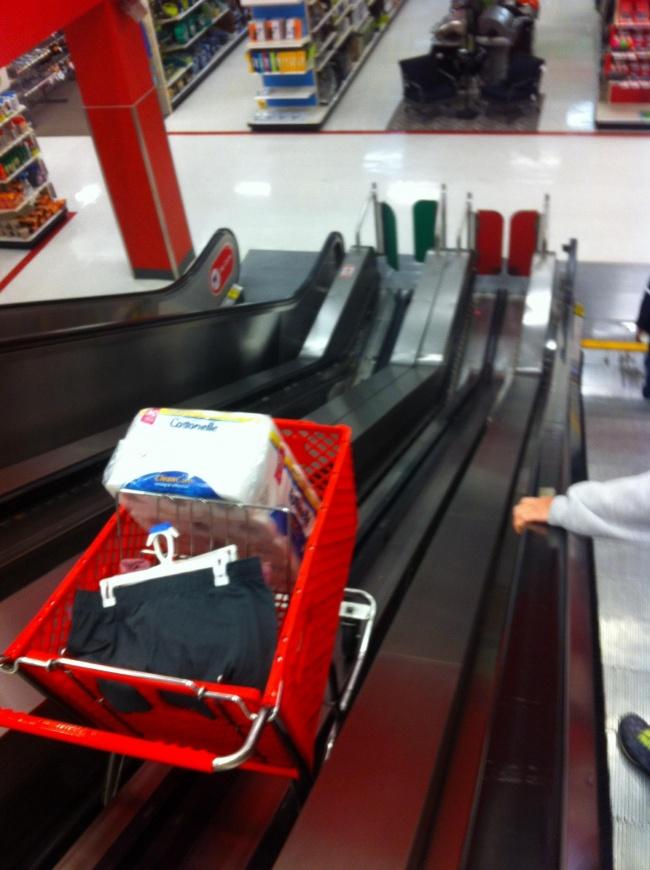 Вэтом магазине есть нетолько эскалатор для людей, ноидля тележек, чтобы
