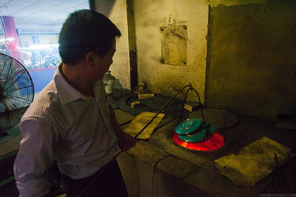 Мастер инспектирует получившиеся после обжига изделия. Почти готово!