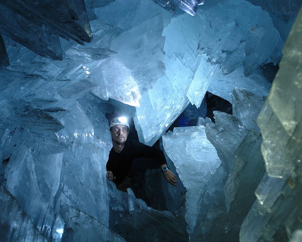 Пещера огромных кристаллов представляет собой подковообразную полость в известняке. Ее пол по
