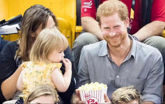 Что принцу оставалось делать? Сначала он подразнил ребенка, сделав вид, что не делится едой.