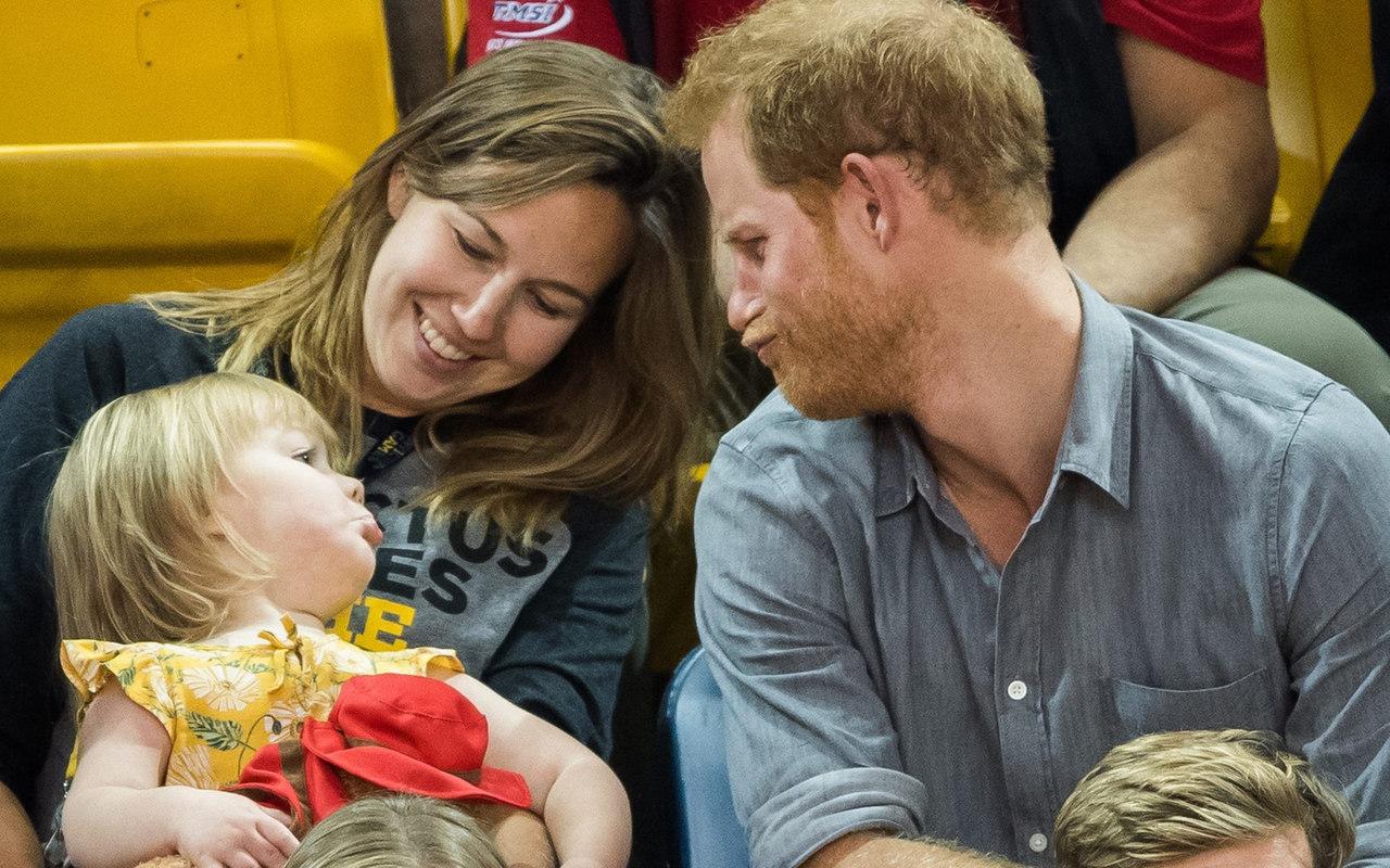 «Гарри не делится едой!»: британский принц не поделил ведро попкорна с маленькой дочерью друга
