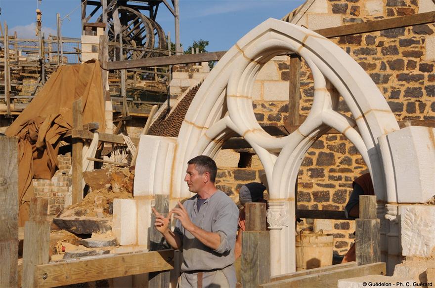 Все перевозки материалов на строительной площадке осуществляются на телегах, запряженных лошадьми. Д