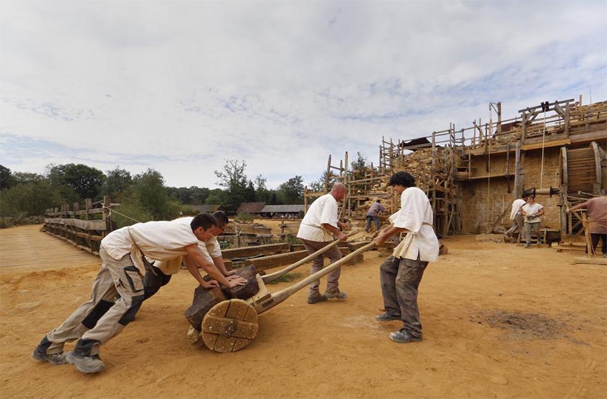 Рабочих и волонтеров необходимо кормить. Для помола зерна недалеко от кузницы был запружен ручей. Зд