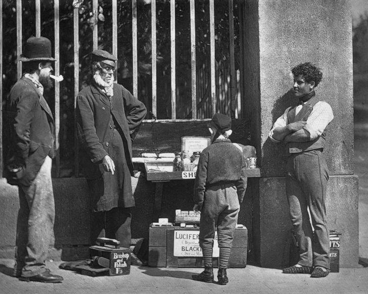 Уличные торговцы и чистильщик обуви.