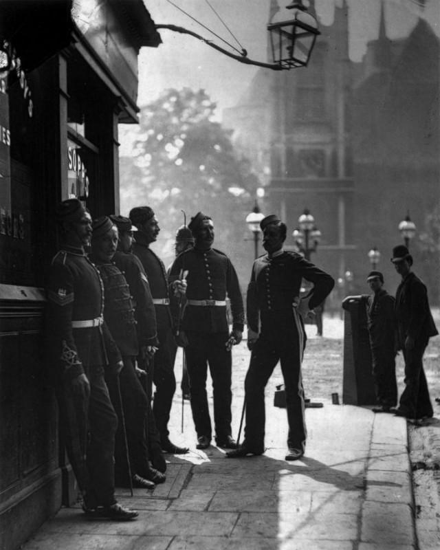 Сержанты по вербовке в Британскую армию у входа в кабак.