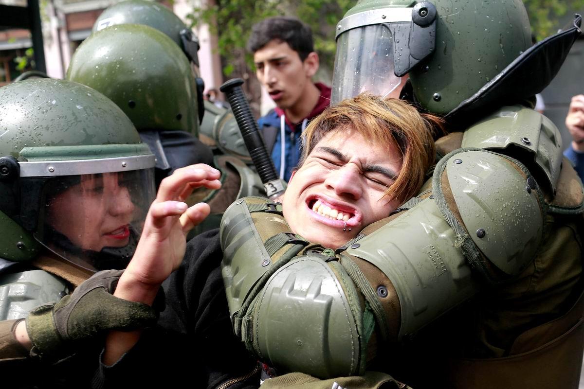 Ой. как больно!: В удушающих объятиях чилийских карабинеров