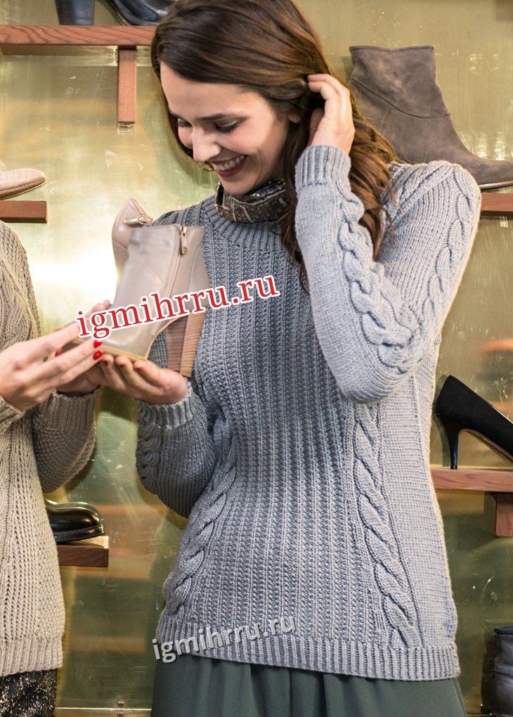 Серый пуловер с косами и текстурным узором. Вязание спицами